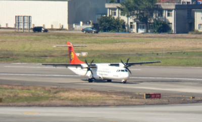 TransAsia_Airways_ATR_72_B-22806_Taxiing_at_Taipei_Somgshan_Airport_20120205